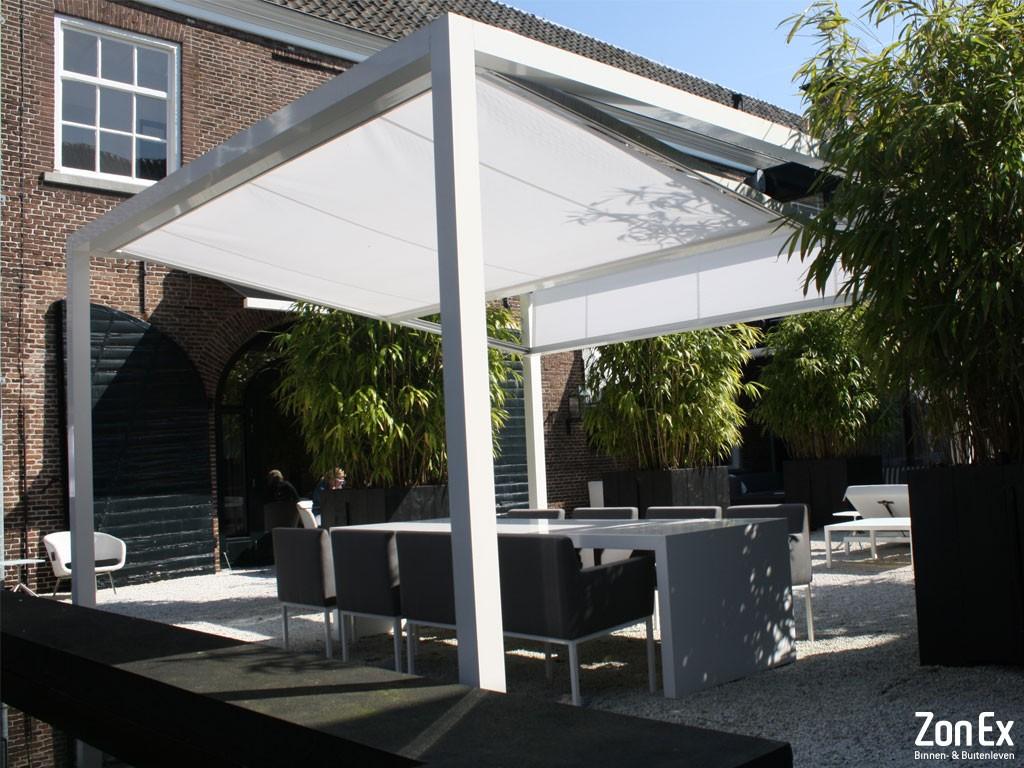 witte vrijstaande terrasoverkapping met zonweringsdoek